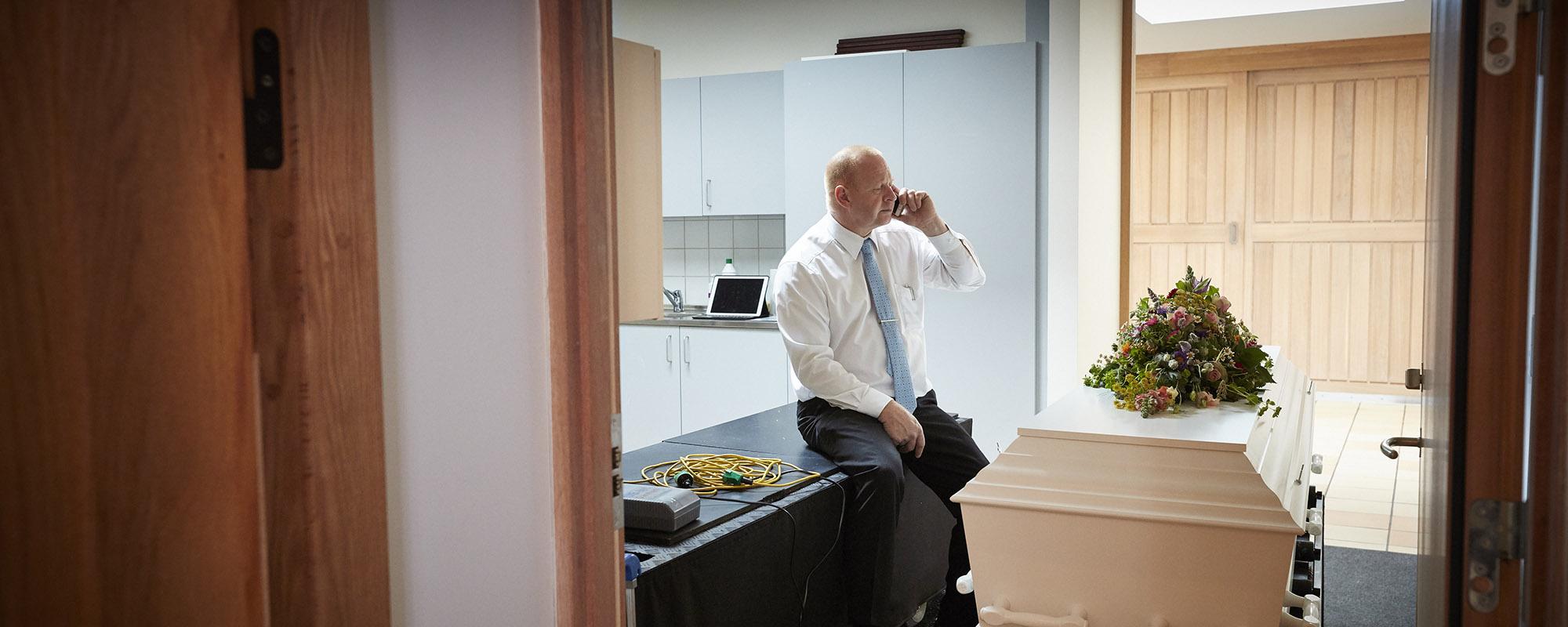 Bedemand Niels Pedersen snakker telefon