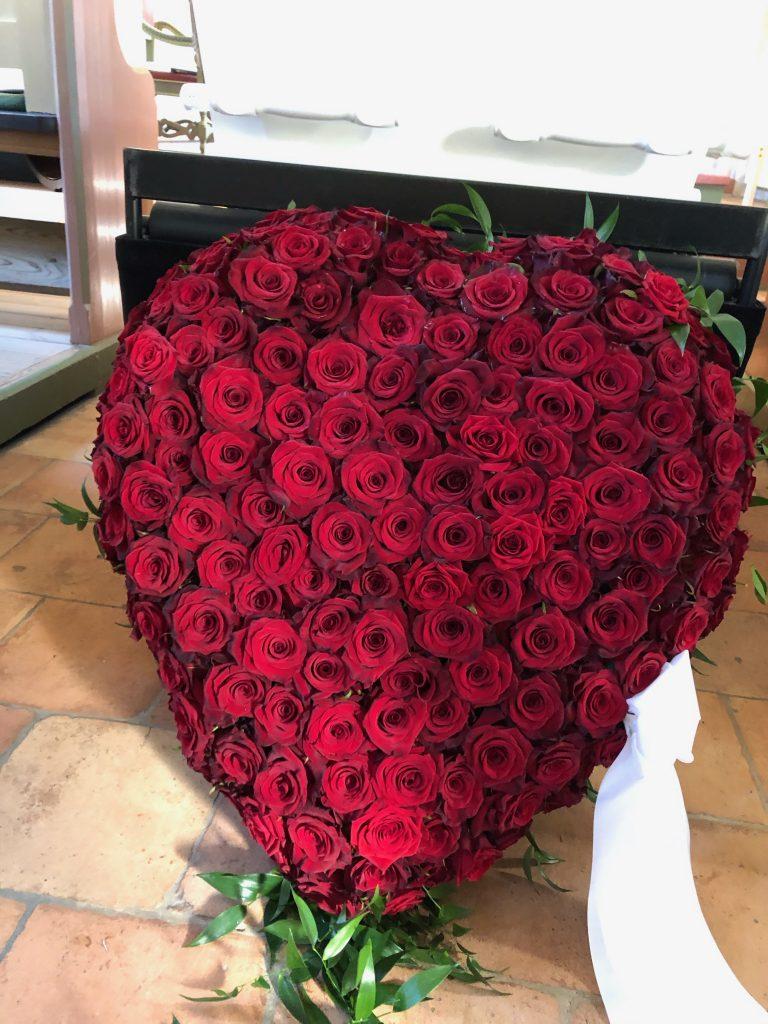 Bårebuket kun med røde roser i hjerteform
