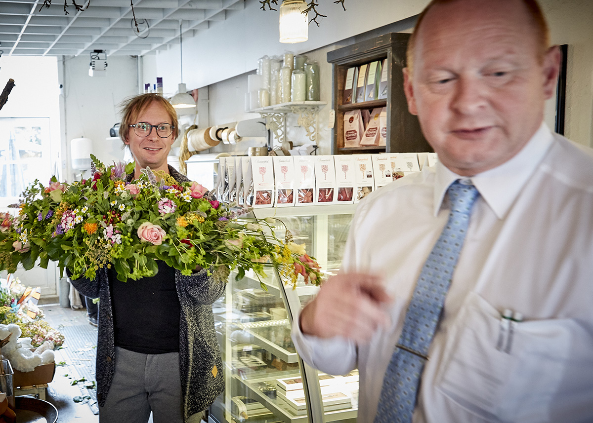 Bedemand i blomsterforretning